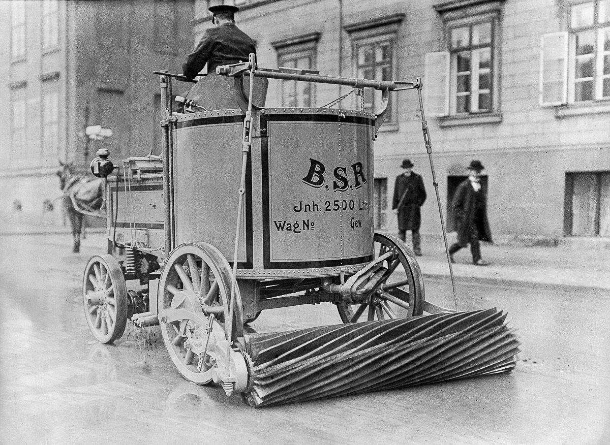1907 electric street sweeper in Berlin